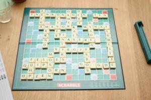 Bij blufscrabble wordt de 1e ronde gezamenlijk gespeeld. Elke tafel vaardigt een speler af naar het eindbord. Dan geldt: eindbord - albord. Uit deze partij wordt door de jury de chimotist (m/v) gekozen.